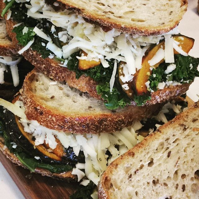 10/10/17 #milkfarmlunch •KABOCHA SQUASH: roasted kabocha, sautéed kale, black garlic aioli, onion jam, smoked mozzarella, and fontina on multigrain •TURKEY: arugula-pistachio pesto, oven roasted tomatoes, fresh mozzarella, and EVOO on ciabatta •GRILLED CHEESE •MAC N CHEESE •COOKIES